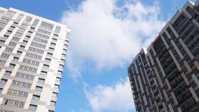 Casas de apartamento novas contra o céu vídeos de arquivo