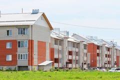 Casas de apartamento novas do tijolo do três-andar Fotos de Stock
