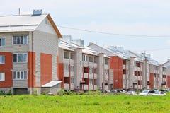 Casas de apartamento novas do tijolo do três-andar Fotografia de Stock Royalty Free