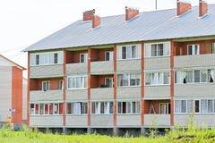 Casas de apartamento novas do tijolo do três-andar Fotos de Stock Royalty Free