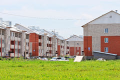 Casas de apartamento novas do tijolo do três-andar Imagens de Stock