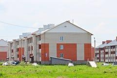 Casas de apartamento novas do tijolo do três-andar Imagem de Stock Royalty Free