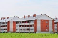 Casas de apartamento novas do tijolo do três-andar Imagem de Stock