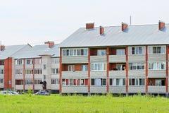 Casas de apartamento novas do tijolo do três-andar Imagens de Stock Royalty Free