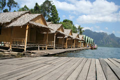 Casas de bambú de la balsa en la presa Imagen de archivo libre de regalías