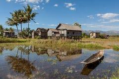 Casas de bambú en el lago Inle adentro imagen de archivo