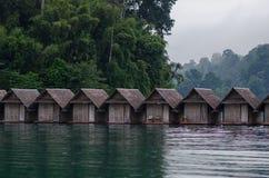 Casas de bambú tradicionales de la balsa en la laguna fotografía de archivo libre de regalías