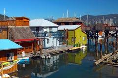 Casas de barco coloridas na baía de Cowichan, ilha de Vancôver foto de stock