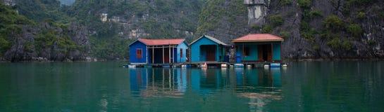 Casas de barco na bandeira longa da baía do Ha imagens de stock