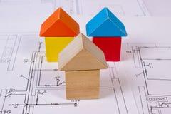 Casas de bloques de madera en el dibujo de construcción de la casa, concepto de la casa del edificio Foto de archivo libre de regalías