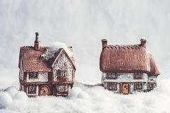 Casas de campo cerâmicas do inverno na neve Fotografia de Stock