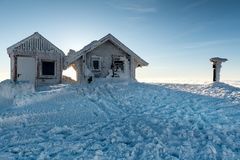 Casas de campo congeladas da montanha e inverno nevado imagens de stock