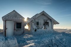 Casas de campo congeladas da montanha e inverno nevado imagem de stock royalty free
