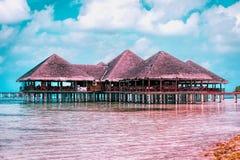 Casas de campo da água na estância de verão bonita da ilha de Maldivas fotografia de stock royalty free