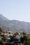 Casas de campo espanholas e montanhas enevoadas imagem de stock royalty free
