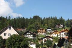 Casas de campo européias nas montanhas Fotos de Stock Royalty Free