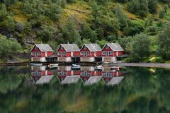 Casas de campo Flaam Noruega da beira do lago horizontal Fotos de Stock