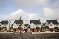 Casas de campo idênticas em um subúrbio acolhedor imagem de stock
