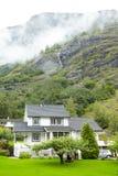 Casas de campo nas montanhas, na cachoeira e na névoa. Fotos de Stock Royalty Free