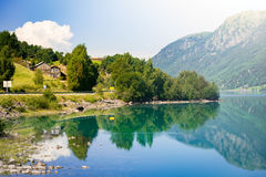 Casas de campo de Noruega Lago y montañas Imágenes de archivo libres de regalías