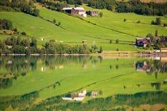 Casas de campo de Noruega Lago y prados Fotos de archivo