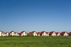 Casas de campo novas e céu azul fotografia de stock