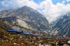 Casas de campo para el viajero en la montaña, en el campo bajo de Machpuchare Pista del campo bajo de Annapurna Imagenes de archivo