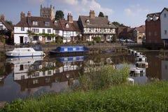 Casas de campo pitorescas do beira-rio em Tewkesbury, Gloucestershire, Reino Unido Imagem de Stock