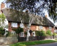 Casas de campo Thatched inglesas da vila Fotos de Stock