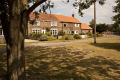 Casas de campo velhas em Village Green. Imagens de Stock Royalty Free