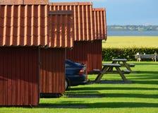 Casas de campo vermelhas do feriado com carro estacionado Fotografia de Stock