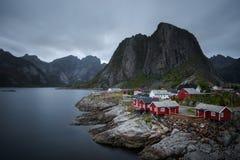 Casas de campo vermelhas tradicionais na vila de Hamnoy, ilhas do rorbu de Lofoten, Noruega Imagem de Stock
