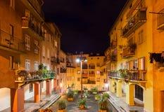 Casas de cidade velhas na cidade agradável na noite Fotos de Stock Royalty Free