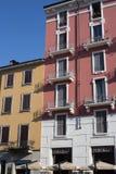 Casas de ciudad del rosa del banco del canal de Milán Imagenes de archivo