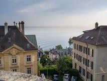 Casas de ciudad en el mar de desatención de la colina Imágenes de archivo libres de regalías