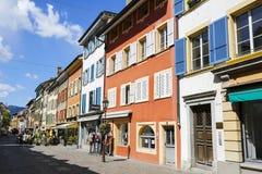 Casas de cortiço coloridas com obturadores coloridos Imagem de Stock Royalty Free