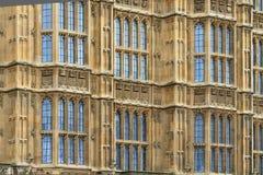 Casas de detalhes da fachada do parlamento (fundo), Londres Imagem de Stock