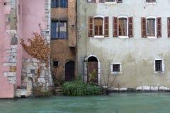 Casas de diversos colores, de puertas, de ventanas y de arbustos cerca del Foto de archivo libre de regalías