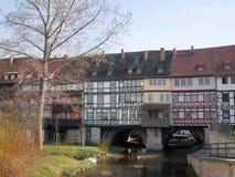 Casas de entramado de madera medievales viejas en un puente Foto de archivo