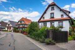 Casas de entramado de madera tradicionales en calles de Seebach Imagen de archivo libre de regalías