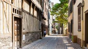 Casas de entramado de madera viejas en Rue Larivey en Troyes imagenes de archivo