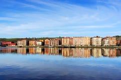 Casas de Erandio com reflexões do rio de Nervion imagens de stock