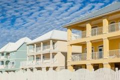 Casas de férias coloridos do Oceanfront fotos de stock