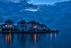 Casas de férias da margem no crepúsculo imagem de stock royalty free