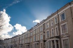 Casas de fila blancas en Londres, arquitectura típica Imágenes de archivo libres de regalías