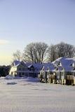 Casas de fila después de la tormenta de la nieve Foto de archivo libre de regalías