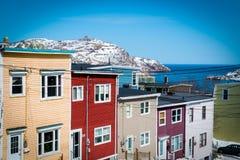 Casas de fila en St John céntrico, Terranova Canadá Colina de la señal de las demostraciones y el Océano Atlántico Imagen de archivo libre de regalías