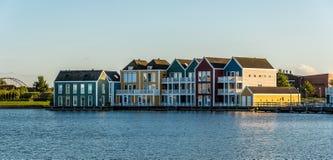 Casas de fileira coloridas em Houten, Países Baixos, no crepúsculo e no reflecti Imagens de Stock