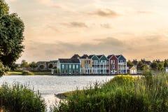 Casas de fileira coloridas em Houten, Países Baixos, no crepúsculo e no reflecti Foto de Stock Royalty Free