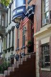 Casas de fileira com as plantas em pasta de acolhimento na porta da rua Foto de Stock Royalty Free
